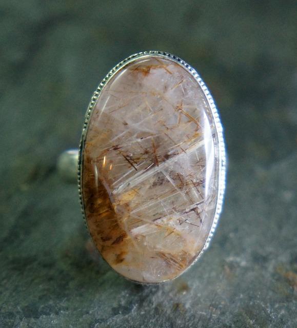 แหวนที่ทำจากแก้วขนเหล็ก