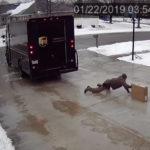 """หยุดเขาไม่ได้จริงๆ พนักงานส่งของเจอพื้นลื่น แต่เขาก็ยังพยายาม """"ลื่นแค่ไหนก็จะไปส่งของให้ได้!"""""""