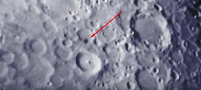 """คลิปวิดีโอจากแคลิฟอร์เนียและอิตาลีเป็นประจักษ์พยานของ """"UFO ลำเดียวกัน"""" ที่บินอยู่เหนือดวงจันทร์"""